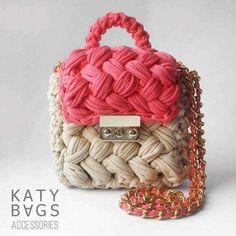 패브릭얀으로 도톰하게 쉽게 : 네이버 블로그 Bag Crochet, Crochet Clutch, Crochet Purses, Crochet Yarn, Woven Beach Bags, Crochet T Shirts, Yarn Bag, Diy Tote Bag, Knit Shoes