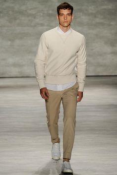 Todd Snyder. Colección masculina.  Primavera 2015. Sweeter de hilo crma, camisa blanca, pantalón caky skinning style y zapatillas blancas de piel.