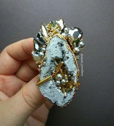 ◾12◾03◾18 ◾Выполнена #назаказ ◾ Брошь с друзой натурального камня в обрамлении жемчуга Сваровски, стеклянных кристаллов, граненых бусин💎…