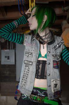 This punk girl looks amazing! Hipster Grunge, Grunge Goth, Grunge Hair, Punk Fashion, Gothic Fashion, Street Fashion, Lolita Fashion, Rockabilly Fashion, Fashion Boots