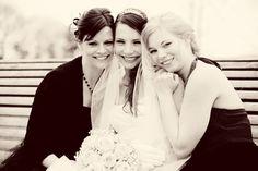 bruid met haar zussen op bankje park Vleuten
