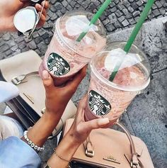 Find images and videos about love, food and starbucks on We Heart It - the app to get lost in what you love. Café Starbucks, Bebidas Do Starbucks, Starbucks Secret Menu, Starbucks Recipes, Tumblr Cafe, Drinks Tumblr, Milkshake, Low Cal, Spice Cupcakes