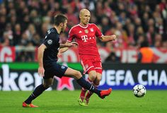 Arjen Robben is closed down by Michael Carrick during the UEFA Champions League quarter final second leg match between FC Bayern München and Manchester United at Allianz Arena on April 9, 2014 in Munich, Germany.