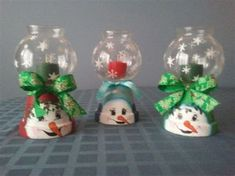 If you like snowmen crafts you'll love these cute Mini Clay Pot Snowmen. They make a great shelf decoration, or personalize with names for place settings. Clay Flower Pots, Flower Pot Crafts, Clay Pots, Clay Pot Projects, Clay Pot Crafts, Craft Projects, Shell Crafts, Christmas Clay, Christmas Projects