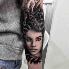 Evilness at its Peak. The color contrasts in this image are amazing and the story here looks so much intense. Overall, evilness – the trait of Medusa is at its peak in this tattoo depiction. Head Tattoos, Forearm Tattoos, Body Art Tattoos, Medusa Tattoo Design, Sleeve Tattoos For Women, Tattoos For Guys, Hades Tattoo, Tattoos Lindas, Tattoos Realistic