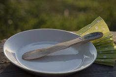 Pirteyttä keittiöösi käsinmaalatuilla keittiövälineillä Suomalaisesta katajasta tehdyillä  veitsillä iloa ja raikkautta keittiöön. Kestävät kauniit veitset sopivat myös lahjaksi. http://www.salonsydan.fi/tuote/kasinmaalattu-katajainen-voiveitsi-kataja/