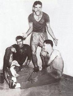 """28 de Janeiro de 1951, Palmeiras x SPFC decidiam o título do campeonato paulista de 1950. A partida, disputada numa chuvosa tarde de domingo, tinha um gramado encharcado e enlameado. O Palmeiras sagrou-se campeão, impedindo o tri do SPFC. Nessa foto histórica durante o intervalo do primeiro para o segundo tempo, Jair grita com o time pedindo raça e incentivando os palestrinos. A decisão ficou conhecida como """"Jogo da Lama""""."""