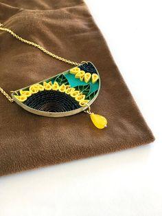 """collana in carta quilling con girasoli """"Flora_06"""", ecogioiello in carta, giallo di QuillyPaperDesign su Etsy https://www.etsy.com/it/listing/557754703/collana-in-carta-quilling-con-girasoli"""
