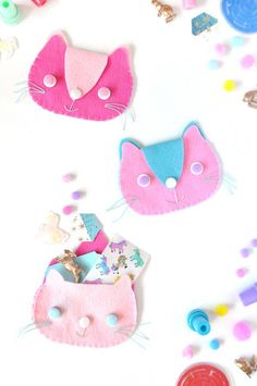 Isn't this the most adorable DIY clutch bag ever? Your little cousins and nieces are going to love having little kitties to stash their little trinkets in!
