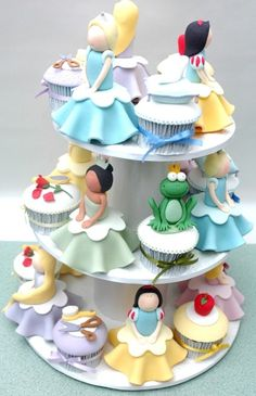 Disney Princess Cupcakes for a little girl's party! Mademoiselle Cupcake, Beautiful Cakes, Amazing Cakes, Cake Pops, Cupcakes Princesas, Disney Princess Cupcakes, Princess Cakes, Princess Tower, Super Torte