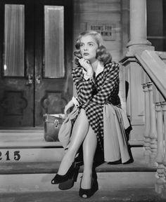 """Lizabeth Scott  """"Como un año más tarde eclipsaba al mismísimo Bogart -que ya es decir- haciendo de Bogart en Callejón sin salida y empeñado en devolver el honor a uno de sus compañeros en el cuerpo de paracaidistas. Tipo duro, Rip Murdock, pero incapaz de huir de la voz grave de Coral Chandler -la Scott, claro-, cantante de club nocturno."""""""