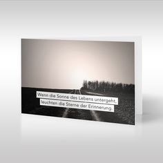 Ein wunderschöner Blick auf einen Feldweg, Baumgruppe und Felder in der Nähe von Erding, München. Das Fotomotiv, das Tom Zilker aufgenommen hat, zeigt einen Weg, der aufwärts führt, auf eine Anhöhe. https://www.design-trauerkarten.de/produkt/weg-des-lebens/