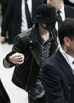 Bts Jungkook, Maknae Of Bts, Jung Kook, Foto Bts, Busan, Rapper, Korean Couple, Airport Style, Airport Fashion