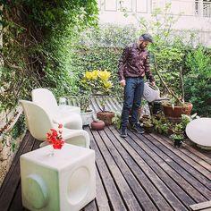 O assessor cultural @vicentenegrao no delicioso jardim de sua casa, em #SP #LifeByLufe #estilodevida