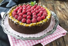 Mascarpone cheesecake, chocolate and raspberries. A cake to surprise and delight our guests. (in Spanish with translator) RECIPE Raspberry Cheesecake, Chocolate Cheesecake, Mascarpone Cheese, Cheesecakes, Eat Cake, Cooking Recipes, Sweets, Baking, Fruit