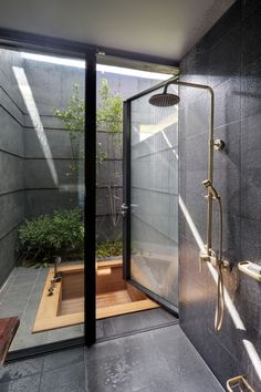 Fabuluous Interior Design Sunken wood bath in a tiny secluded courtyard with some greenery. Sunken wood bath in a tiny secluded courtyard with some greenery. Dream Bathrooms, Dream Rooms, Unusual Bathrooms, Spa Bathrooms, Rustic Bathrooms, Contemporary Bathrooms, Amazing Bathrooms, Modern Contemporary, Dream Home Design