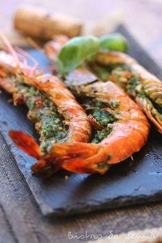 Gambas géantes au beurre d'herbes fraiches Ingrédients: (pour 3 personnes) 9 gambas géantes 3/4 bouquet de persil plat 15 feuilles de basilic frais 1 grosse gousse d'ail 30 g de beurre froid 2 c.à.s de noisettes concassées fleur de sel poivre 1 c.à.s... Seafood Dishes, Fish And Seafood, Shrimp Recipes, Fish Recipes, Healthy Eating Tips, Healthy Recipes, Alcohol Drink Recipes, Salty Foods, Winter Food