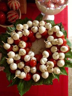 Christmas appetizer: tomato, fresh mozzarella and basil wreath. Drizzle with very good olive oil, Fresh ground pepper and salt. (No link). - I made this cute little caprese wreath and it was adorable! Christmas Friends, Christmas Apps, Christmas Party Food, Xmas Food, Christmas Appetizers, Christmas Cooking, Christmas Goodies, Appetizers For Party, Christmas Holidays