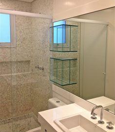 Nichos de vidro fixados no espelho do banheiro