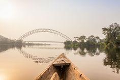 Le Volta, plus grand lac artificiel du monde Situé entre le Burkina Faso, le Ghana et la Côte d'Ivoire, le lac Volta a une surface de 394 000 km² soit la moitié de la France ! Il est le fruit de la construction du barrage d'Akosombo au Ghana en 1965. Près de 80 000 Ghanaéns ont du être déplacer avant sa mise en fonction (soit 1% de la population totale du pays.)