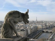 Une chimère de la cathédrale Notre-Dame de Paris semble se repaître du spectacle de la capitale.