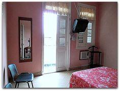 Detalle del mismo dormitorio con la salida al balcón. Cuba, Oversized Mirror, Furniture, Home Decor, Balconies, Live, Yurts, Decoration Home, Room Decor