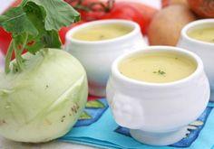Ein einfaches Rezept für eine besonders cremige Suppe aus köstlichem Kohlrabi. Dazu gibt's knusprige Croûtons. Zucchini, Clam Chowder, Cantaloupe, Stuffed Mushrooms, Good Food, Food Porn, Low Carb, Veggies, Pudding