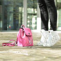 Bei uns beginnt die Woche sportlich! #MCM ist dafür der ideale Begleiter #Fashionette #designertaschen #sneakers @mcmworldwide