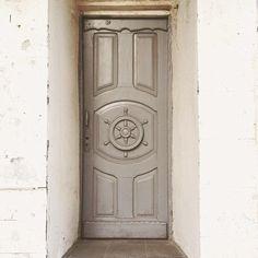 На Береговой улице можно найти и такие двери. ➡️🚪 _________________ #myrostovdoors #rostov #улочкиростовские #ростов #ростовнадону #двериростова #двери #doors #старыйростов #ростовмойгород #rostovcity61 #rostovdoors