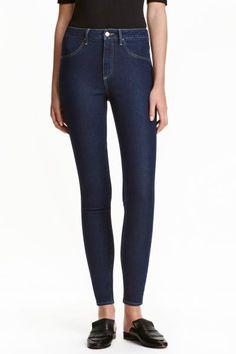Skinny High Ankle Jeans: Укороченные джинсы из эластичного стираного денима. На джинсах очень узкие брючины и высокая талия. Ложные карманы спереди, настоящие карманы сзади.