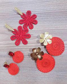 Tres opciones!!! .Aretes elaborados 100% en #palmadeiraca y herrajes en bronce con baño de 24k. #Maroxaccesorios#hechoamano#accesorios#cali#mujer#aretes#iraca#amorporlotuyo#diseños#brilla#flores Bead Embroidery Patterns, Beaded Embroidery, Fabric Jewelry, Beaded Jewelry, Cute Jewelry, Jewelry Crafts, Bead Earrings, Crochet Earrings, Tassel Earing