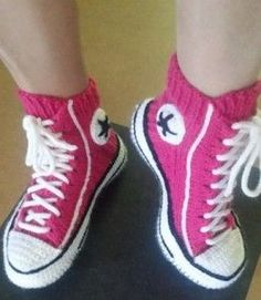 You'll be head over heels for this Crochet Converse Slippers Free Pattern and we have lots of inspiration plus a video tutorial to show you how. Diy Crochet Slippers, Crochet Boots Pattern, Crochet Jumper, Crochet Bebe, Converse Slippers, Crochet Chain Stitch, Crochet Flip Flops, Crochet Converse, Crochet Shawls And Wraps