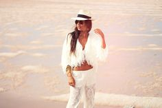 Cute glam boho resort style outfit for those cooler days by the beach. Lizzy van der Ligt.