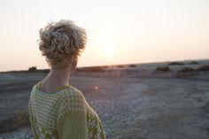 Sommermode 2013 - Die Abenddämmerung über der Camargue taucht die Landschaft in weiches Goldgelb. Gut, wenn man jetzt eine Strickjacke zur Hand hat...