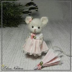 Мышка с зонтиком.   #crochettoy #crochet #crochetmouse #mouse #miniature #amigurumitoy #amigurumimouse #amigurumi #tinymouse #вязанаямышка #вязанаяигрушка #мышь #мышкакрючком #мышонок #мышка #игрушка #игрушкамышка #маленькаямышка #амигуруми #амигурумимышка #мышкаигрушка