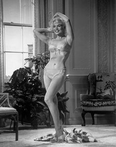 Curator David Wills owns one of the largest independent archives of Marilyn Monroe photographs. In his book Marilyn Monroe: Metamorphosis , . Marilyn Monroe 1962, Costume Marilyn Monroe, Marilyn Monroe Books, Marilyn Monroe Photos, Pinup Art, Joe Dimaggio, Pin Up, Divas, Elia Kazan