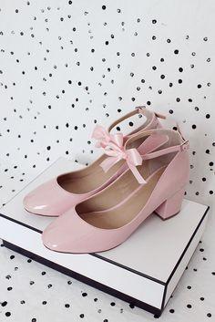 Heute zeige ich euch, wie ihr Schuhe mit Schleifen Selbermachen könnt. Das gesamte DIY Tutorial gibt's auf meinem Blog!