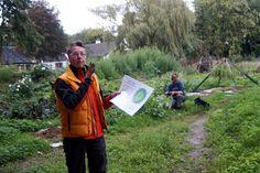 Afgelopen augustus was ik in Ecovillage Findhorn, de moederbasis van het Global Ecovillage Network (GEN). Een netwerk van ecodorpen, die de aarde willen transformeren van een sterk vervuilde naar een gezonde helende milieuvriendelijke planeet. Op dit moment bestaan er al duizenden ecodorpen in de wereld, waarvan vierentwintig initiatieven dit principe een warm hart toedragen in Nederland. Drie daarvan zijn aangesloten bij het GEN netwerk, waarvan ik vandaag één in spé bezocht: Ecodorp…