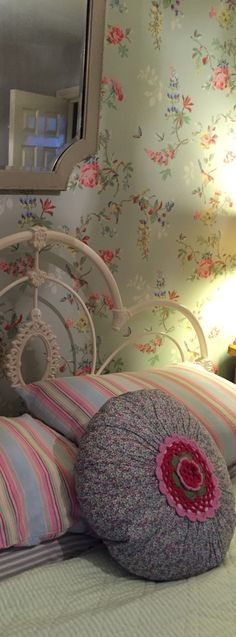New bedroom vintage floral cath kidston ideas Bedroom Vintage, Bedroom Wallpaper Shabby Chic, Shabby Chic Bedrooms, Trendy Bedroom, Shabby Chic Decor, Vintage Beds, Shabby Vintage, Vintage Floral, Vintage Wallpaper