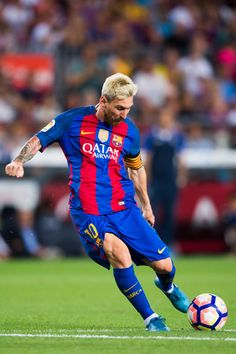 Lionel Messi of FC Barcelona kicks the ball during the Joan Gamper trophy match between FC Barcelona and UC Sampdoria at Camp Nou on August 10, 2016 in Barcelona, Catalonia.