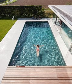 Impressive Design of a Modern Glass and Concrete Pool House .- Impressive Design of a Modern Glass and Concrete Pool House in Belgium Pool Spa, Swimming Pools Backyard, Swimming Pool Designs, Pool Decks, Indoor Pools, Lap Pools, Backyard Landscaping, Pool With Deck, Landscaping Ideas
