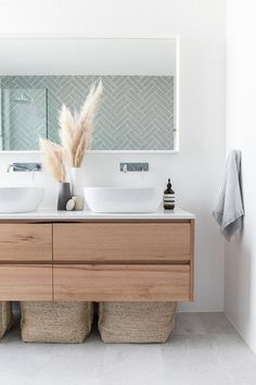 Modern Bathroom Design Ideas – Pictures of Contemporary Bathroom The most interesting about having a modern bathroom is on its simplicity without losing its function. Here, we want to share with you 10 modern bathroom design ideas which will inspire to Bathroom Vanity Designs, Bathroom Interior Design, Decor Interior Design, Interior Decorating, Bathroom Ideas, Bathroom Renovations, Gold Bathroom, Remodel Bathroom, Vanity Bathroom