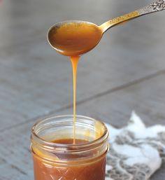 Opskrift på saltkaramel 200 g sukker 1,5 dl fløde 50 g smør 1 tsk. havsalt Sådan laver du saltkaramel: Begynd med at opvarme fløden – sæt den til side, når den er varm. Smelt sukker til det er gyldent karamelbrunt. Tag gryden af varmen, og tilsæt den lune fløden lidt ad gangen under omrøring. Kom nu smør i karamelmassen – rør indtil smørret er smeltet ind i karamellen. Tilsæt til sidst salt. Lad karamellen køle helt af. Opbevar f.eks. karamellen i et syltetøjsglas – kan købes her! Opbevar… A Food, Food And Drink, Dessert Sauces, Lemon Curd, Snacks, Piece Of Cakes, No Bake Desserts, Tapas, Caramel