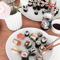 Homemade sushi  Erst habe ich mich beim Frisör verwöhnen lassen dann haben wir mit Freunden Sushi bei und gemacht und bis auf einen Rest in unserem Kühlschrank alles verdrückt. Nun schläft mein Löwenkind schon glücklich und yay Fußball läuft während noch ein paar Bestellungen auf eine Anprobe warten. Welch Samstag. Happy happy happy.