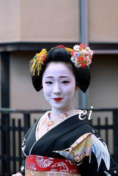 Maiko Mamefuji January 2015 舞妓になって二度目の始業式で紗月さんに続いて、実佳子さんとお花成績2位を二分したそうです。舞妓一年目からあっという間に人気舞妓になりました。上唇にも紅を注...