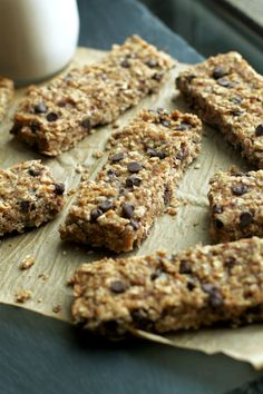 So much better than store bought! These Soft and Chewy Banana Bread Granola Bars are made without any refined sugars or oils, and LOADED with chocolate and banana flavor! Healthy Granola Bars, Healthy Bars, Healthy Cereal, Healthy Baking, Healthy Snacks, Healthy Recipes, Baked Banana, Banana Bread, Baked Oatmeal
