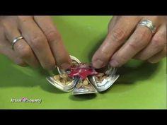 А ето как се прави изящната брошка от капсули. Само оформете листенцата и ги съединете с помощта на силикон