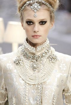 beyond the ready-to-wear and haute couture shows, Chanel has included a Pre Fall show, as some designers and houses do, since 2003 known as their Metiers d'Art shows. Chanel Couture, Style Couture, Couture Fashion, Runway Fashion, Womens Fashion, Look Fashion, Fashion Details, Fashion Show, White Fashion