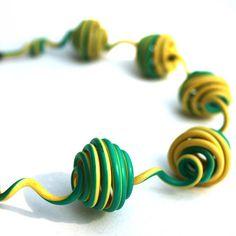 Bijoux en matériaux de récupération. Collier en câbles
