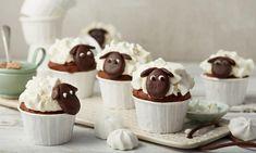 Schäfchen-Cupcakes Rezept: Schoko-Muffins mit Sahne und Baiserstückchen in Schafherde - Eins von 7.000 leckeren, gelingsicheren Rezepten von Dr. Oetker!